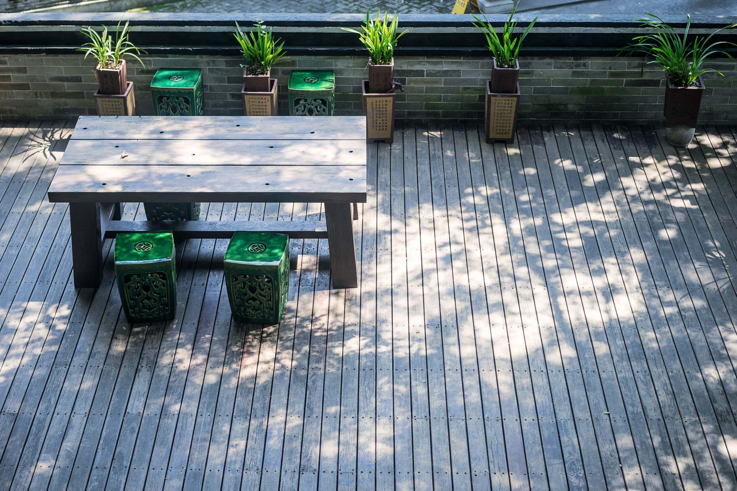 El suelo de madera para terraza tiene propiedades para soportar condiciones climatológicas poco favorables