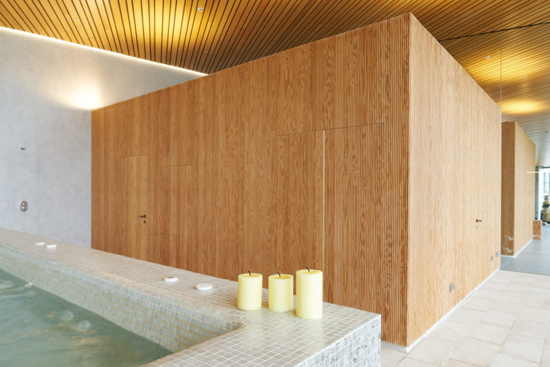Como revestimiento de pared, la madera posee grandes cualidades