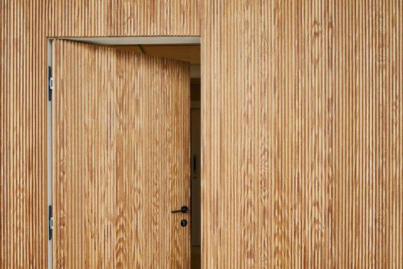 El revestimiento de pared en madera proporciona aislamiento, ahorro energético, confort y diseño